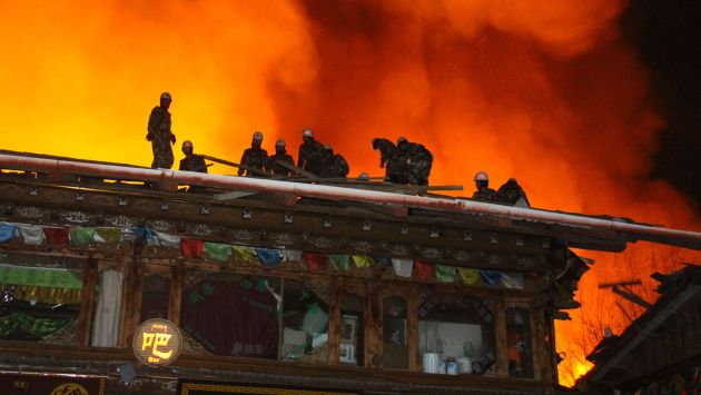 China: Incendio arrasa milenario pueblo tibetano de Dukezong. (AFP)
