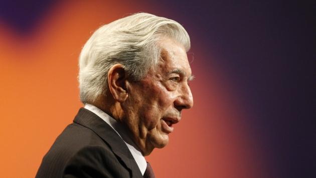 """Nueva novela. """"El héroe discreto, de Vargas Llosa, decepciona por su modesta composición y su explícito programa de ideas"""". (Luis Gonzales)"""
