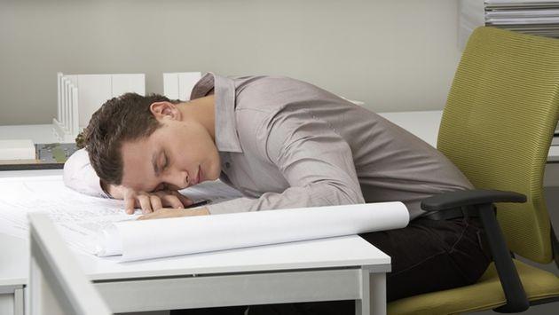 A veces el sueño después del almuerzo nos hace dormir en cualquier lugar. (Internet)