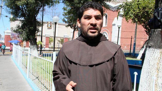 Sorprenden a sacerdote saliendo de hostal con una mujer en Arequipa. (Heiner Aparicio)