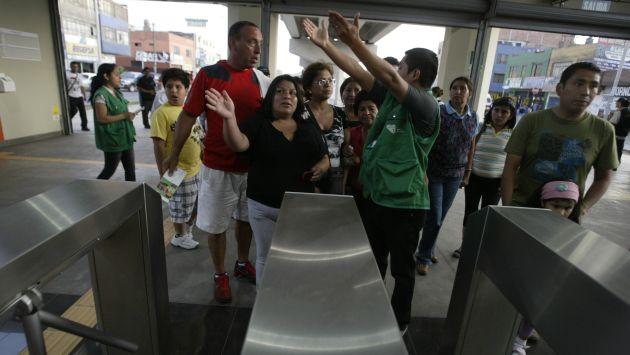 Los pasajeros del Metro de Lima se sorprendieron con el nuevo sistema de cobro. (Perú21)