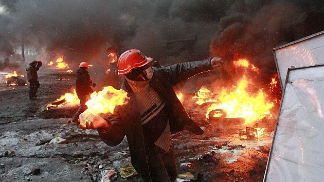 El centro de Kiev cubierto por el humo de neumáticos y de gases lacrimógenos. (Reuters)