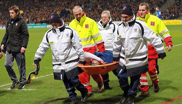 Falcao tuvo que salir en camilla del campo de juego. (AFP)