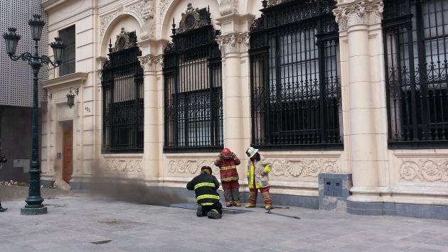 Bomberos atienden la emergencia. (Shirley Ávila)