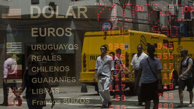 Peso argentino se derrumba y marca récord de caída en más de una década. (AFP)