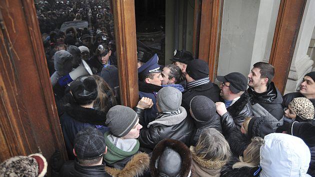 Cientos de manifestantes tratando de ingresar a la oficina del gobernador regional de Lviv. (AP)