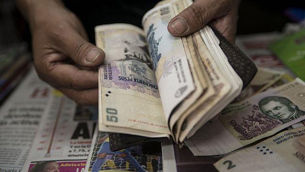 Peso argentino cayó a su más bajo nivel en más de una década. (AFP)