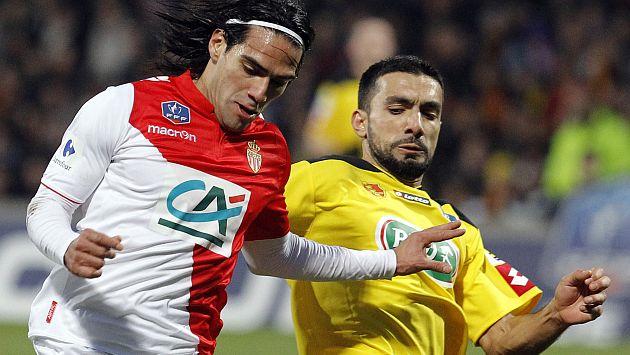 Radamel Falcao y Soner Ertek, el jugador que lo lesionó. (AFP)