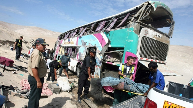 MUERTE EN LA CARRETERA. Los pasajeros quedaron atrapados entre los fierros del ómnibus. (Heiner Aparicio)