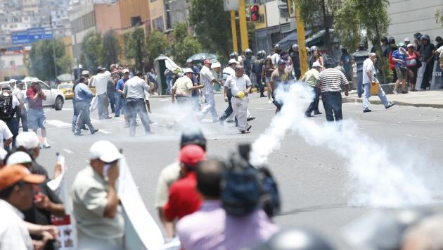 Manifestantes fueron dispersados en la avenida Abancay con gases lacrimógenos. (César Fajardo)