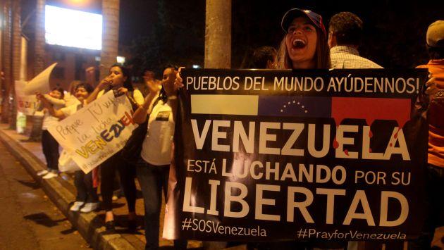 Algunos venezolanos exigen que el presidente Nicolás Maduro de un paso al costado. (EFE)