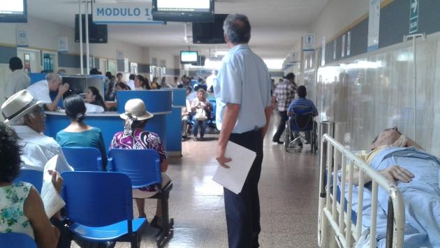 Debido a la falta de camas, algunos pacientes tienen que ser atendidos en los pasillos de centros de salud. (Sofía Pichihua)