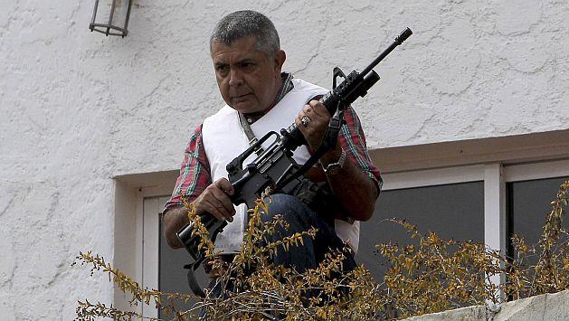 Ángel Vivas espera a las fuerzas del orden con un fusil en la mano. (Reuters)