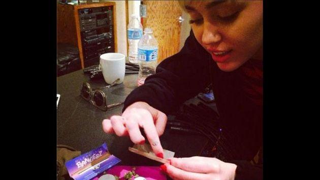 Filtran foto de Miley Cyrus mientras arma cigarro de marihuana. (Difusión)