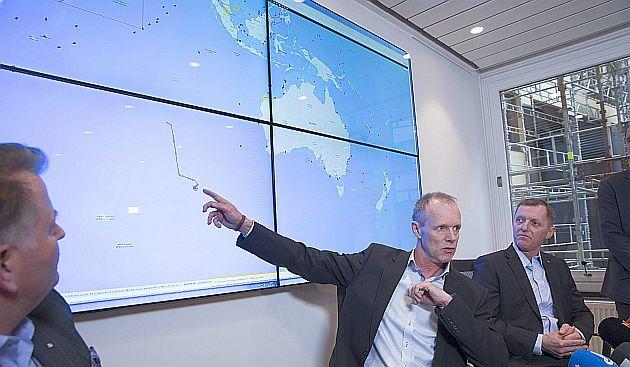 Autoridades noruegas explican los movimientos de buque que salió en busca del avión perdido. (EFE)