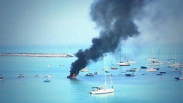 Embarcación se incendió en el Callao. (@svillavicencioj)