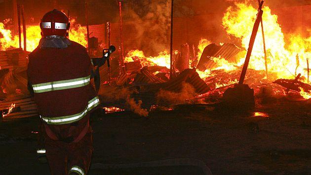 Bomberos tardaron más de una hora en controlar el incendio. (Referencial/USI)