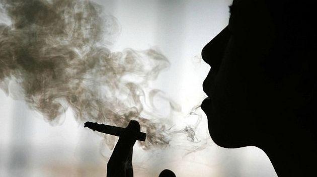 Resultado de imagen para persona fumando
