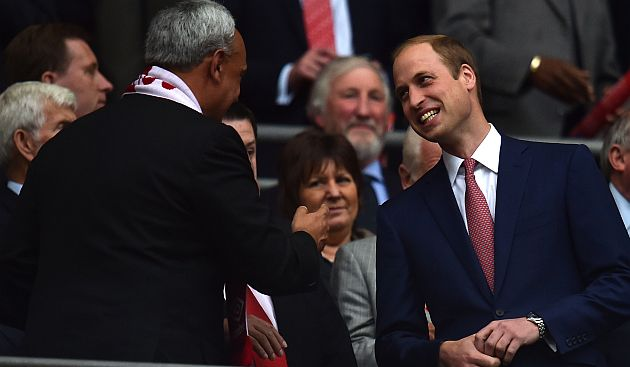 Burga fue hasta el palco de honor del Príncipe William. (AFP)