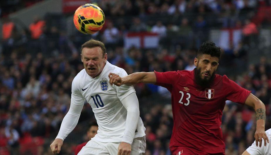 Wayne Rooney no estuvo en una buena tarde con la camiseta de Inglaterra. (AFP)
