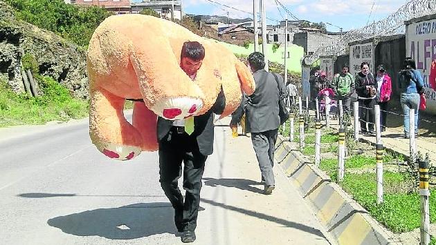 Joven caminó 7 kilómetros cargando oso de peluche gigante para su novia. (Correo)