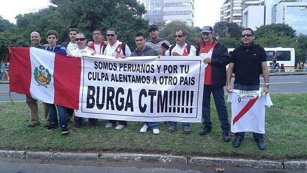 Hinchas peruanos en el Mundial expresan su repudio a Manuel Burga. (Facebook)