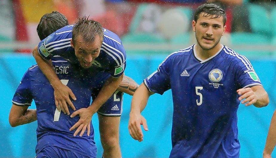 Los bosnios Avdija Vrsajevic, Muhamed Besic y Sead Kolasinac celebran la victoria de su equipo frente a Irán. (AFP)