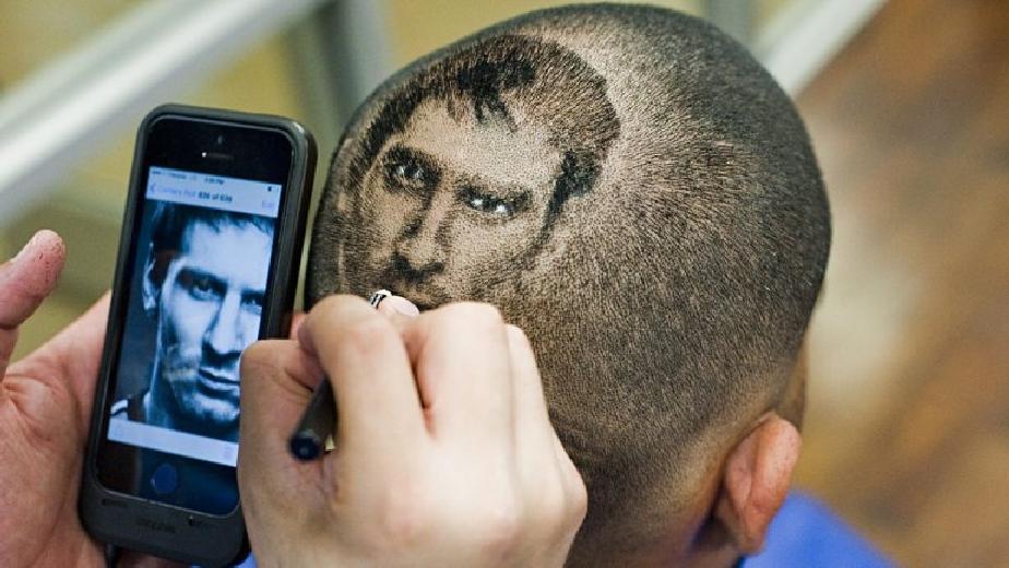 EEUU Peluquera dibuja rostros de Lionel Messi y CR7 en cabeza