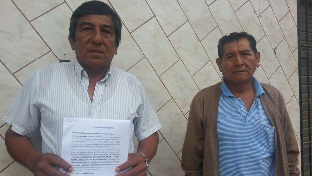 El presidente de la Federación Minera de Madre de Dios (izq.) muestra la denuncia presentada en la Fiscalía. (Fabiola Valle)
