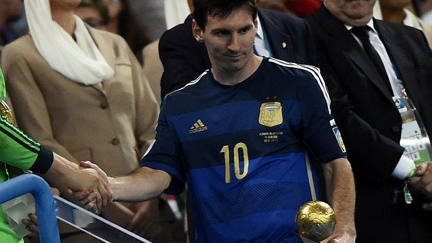 Messi no lució muy contento al recibir el trofeo. (Reuters)