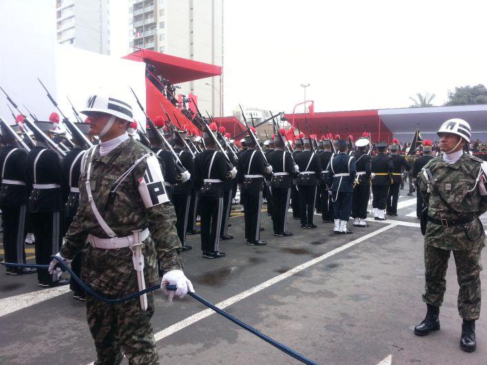 Batallones esperaron desde muy temprano el inicio del desfile. (Patricia Chumo)