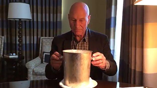 Sir Patrick Stewart en su propio 'Ice Bucket Challenge'. (Youtube)