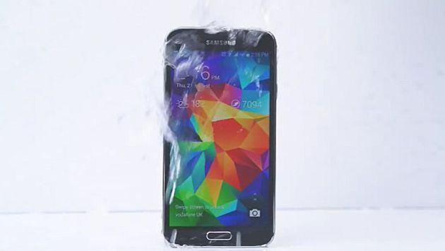 'Ice Bucket Challenge': El Samsung Galaxy S5 reta al Iphone 5S de Apple