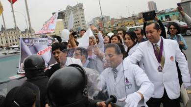 Médicos, Policías, Enfrentamientos