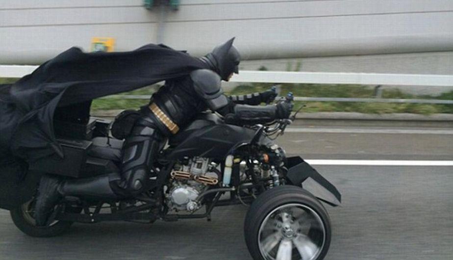 Conductores se sorprendieron al ver a persona vestida como Batman. (Daily Mail)