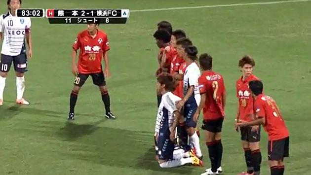 Japón: Jugadores se arrodillaron en barrera durante tiro libre [Video]