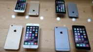 Los nuevos iPhone 6 de Apple saldrán a la venta este viernes. (AFP)