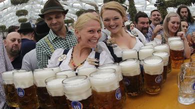 Oktoberfest 2014 arrancó con mucha cerveza y belleza [Fotos]