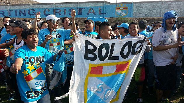 Barra de Sporting Cristal realizó un 'banderazo' en apoyo a su equipo. (Fotos y video: Carlos Lara)
