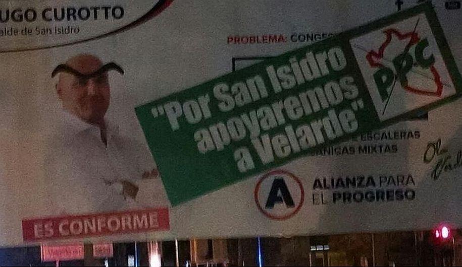 """Las cejas de Manuel Velarde """"aterrizaron"""" en el cartel de un adversario político. (Twitter @elrifle)"""