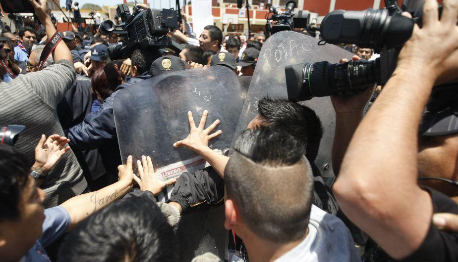 A EMPUJONES. La prensa trata de abrirse paso entre la Policía para obtener las declaraciones de la saliente alcaldesa. (Mario Zapata)