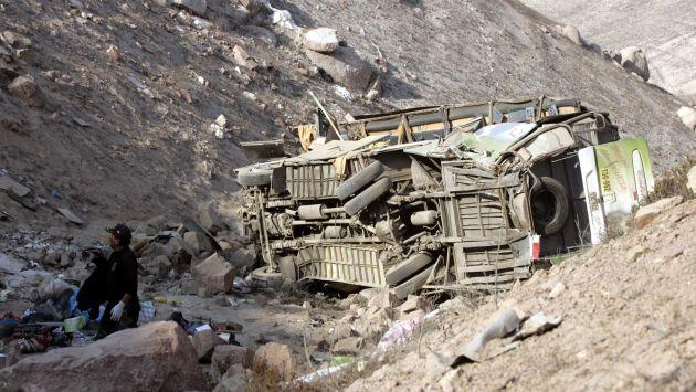 Cuatro muertos y siete heridos dejó despiste de camión a abismo. (USI/Referencial)