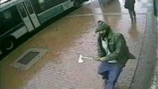 Sujeto atacó con un hacha a policías [Video]