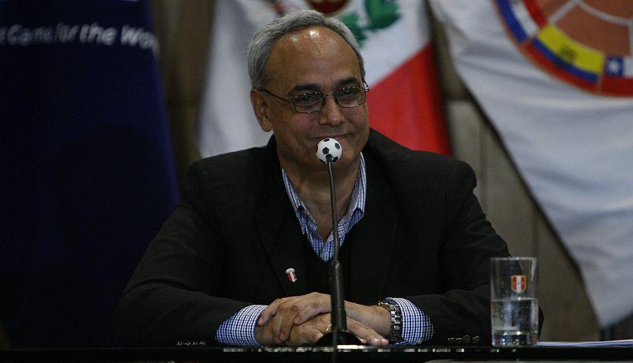 Manuel Burga firmó en su calidad de titular de la Asamblea de Bases la tacha contra el Comité Electoral de la FPF, que en la víspera había inhabilitado su candidatura. (Mario Zapata)