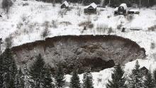 agujero de 50 metros de diámetro se traga varias casas en los Urales