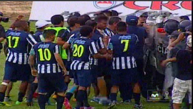 Jugadores de Alianza Lima se le fueron encima al árbitro Freddy Arellanos. (CMD/Movistar TV)