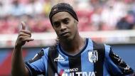 Ronaldinho causa preocupación en el Querétaro de México. (Reuters)