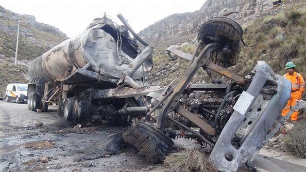Choque frontal entre camión y combi dejó 9 muertos. (Andina/Pedro Tinoco)