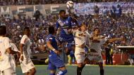 Universitario perdió 2-0 ante Emelec en la 'Explosión Azul'. (Diario El Universo de Ecuador)