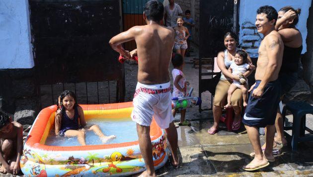En algunos distritos está prohibido instalar piscinas en la vía pública. (David Vexelman)